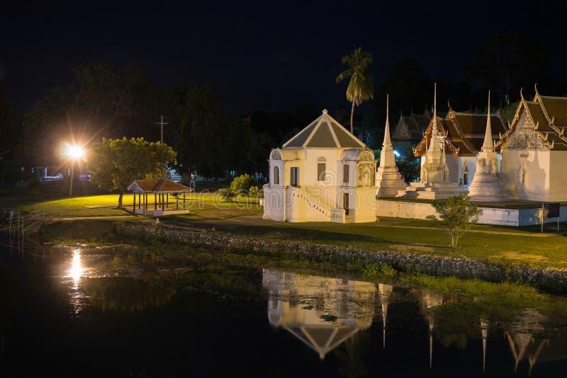 在晚上, Uthai thani使Wat Uposatharam (Wat马胃蝇蛆)寺庙环境美化 免版税图库摄影