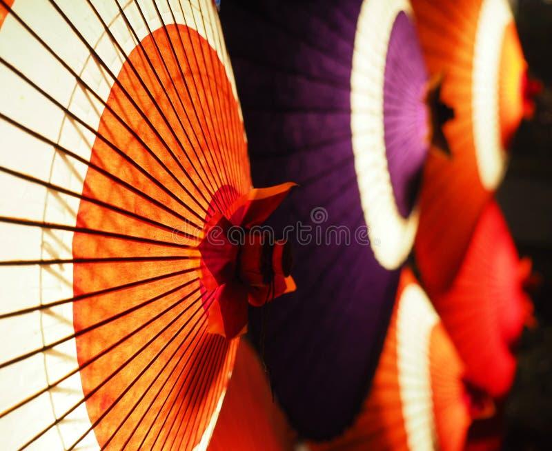 在晚上enlighted的日本伞 免版税图库摄影