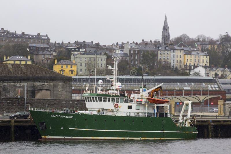 在晚冬雪风暴期间,塞住城市港口爱尔兰她的停泊处的海洋学院调查船凯尔特航海者 免版税图库摄影