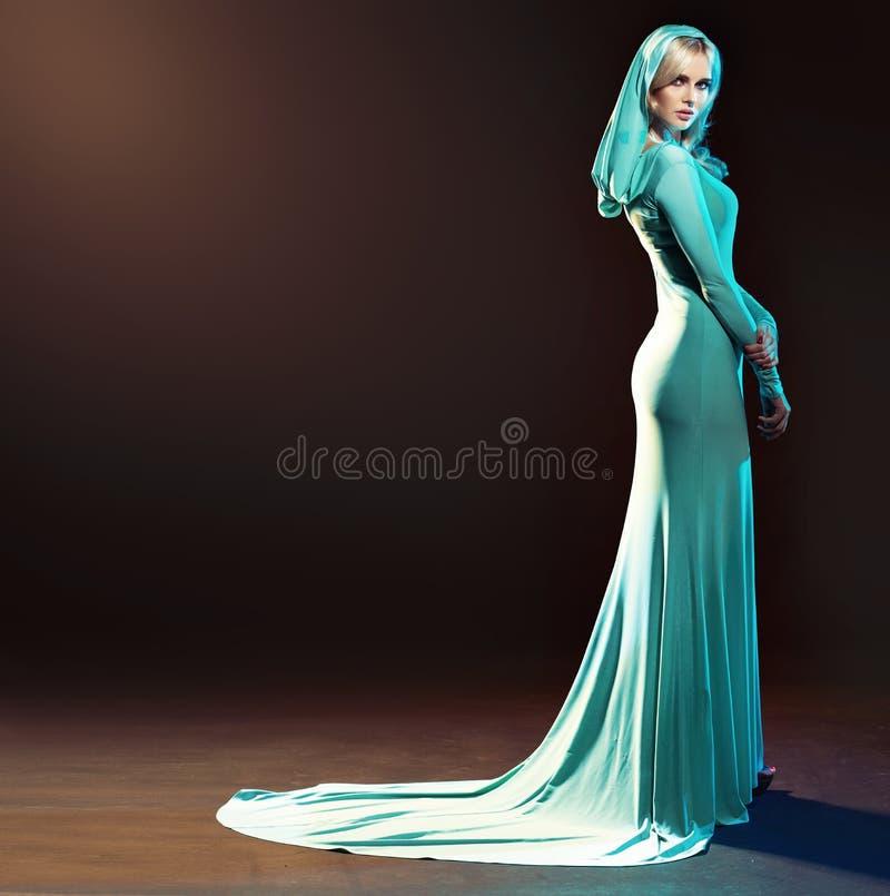 在晚礼服打扮的白肤金发的引诱的夫人 免版税图库摄影