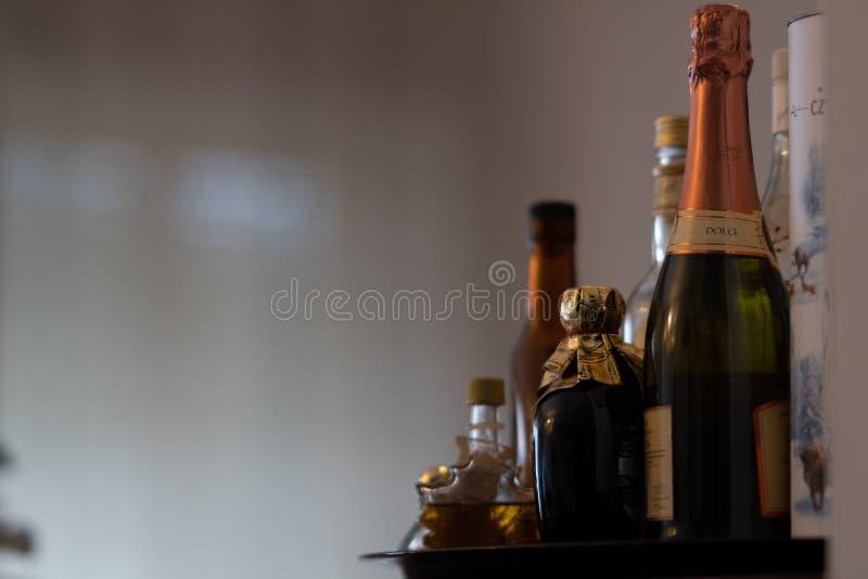 在晚餐饮料以后的利口酒瓶 库存图片