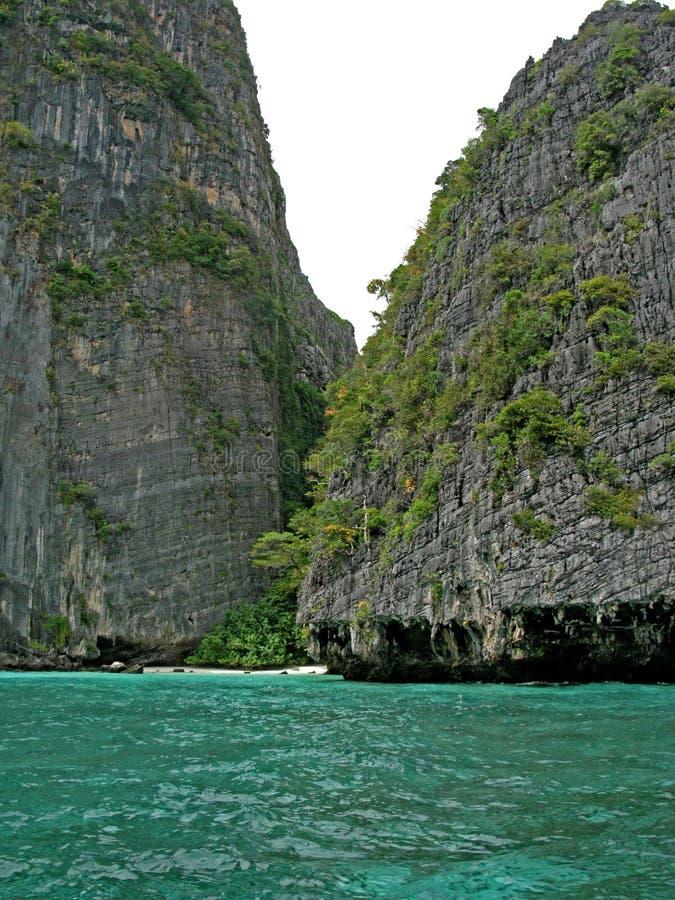 在普吉岛和发埃发埃海岛附近的偏僻的海滩在泰国 免版税图库摄影