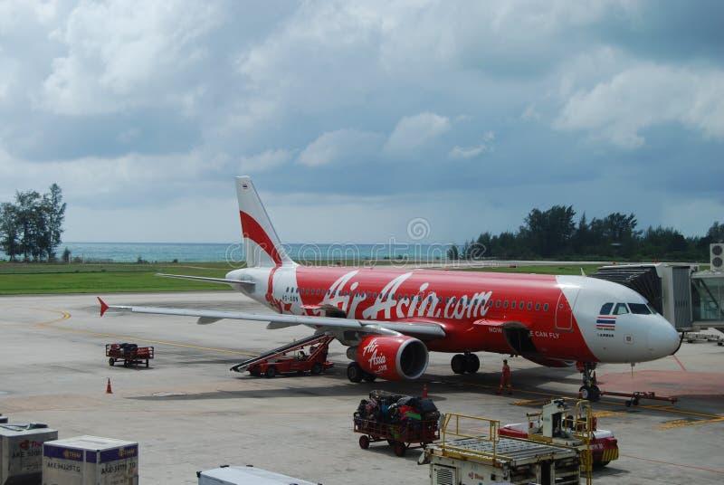在普吉岛机场,泰国的亚洲航空飞机 库存照片