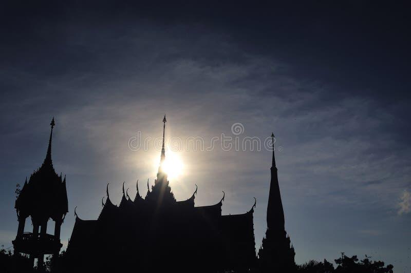 在普吉岛现出轮廓Wat查龙或Chaitharam寺庙的塔, 库存图片