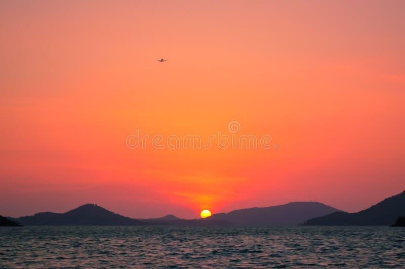 在普吉岛的惊人的日落提供背景给一条传统longtail小船,普吉岛,泰国 图库摄影