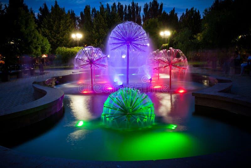 在普希金大道,顿涅茨克的喷出的喷泉照明2012年1,图2 库存图片