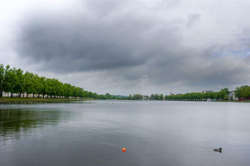 在普法芬湖,Pfaffenpond的看法阴暗天在什未林,德国 免版税库存照片