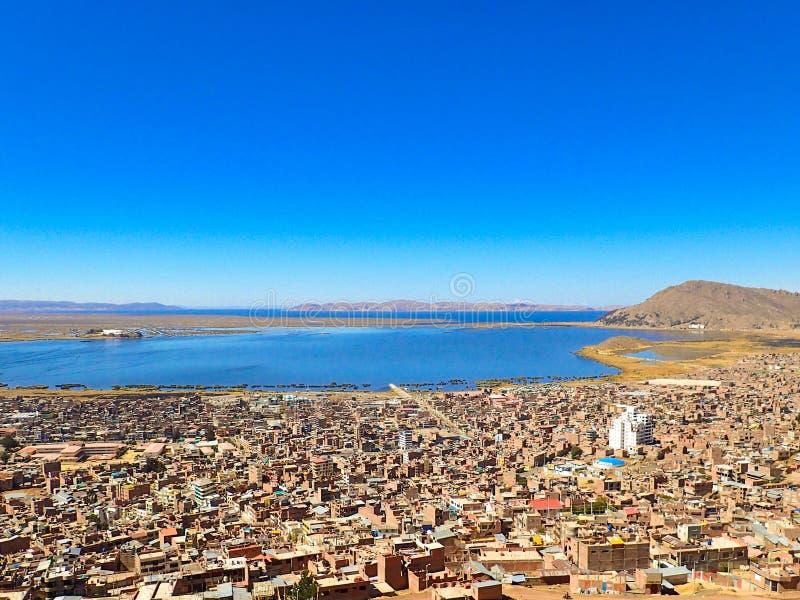 在普诺和Titicaca湖城市的看法 免版税库存照片