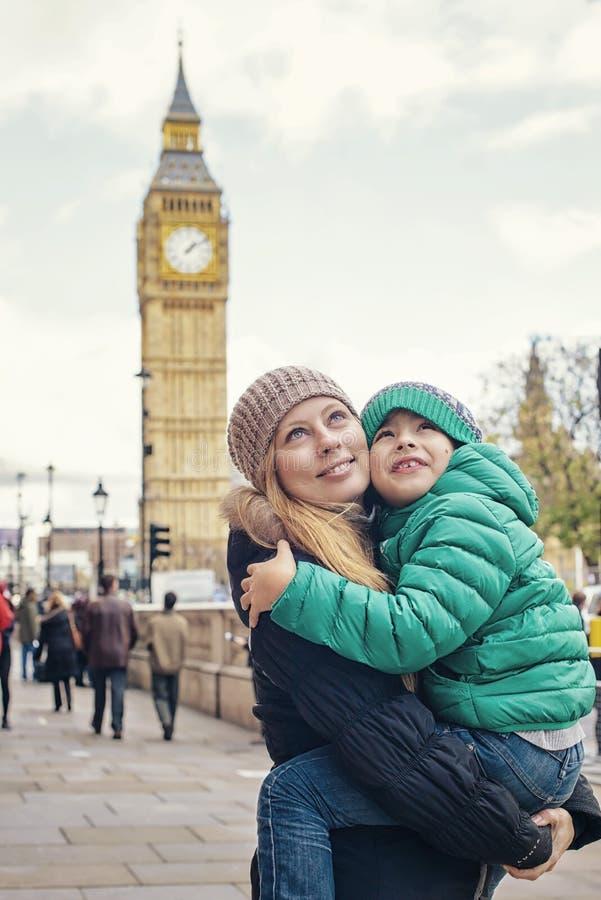 在普遍的伦敦视域大本钟前面的愉快的家庭 库存图片
