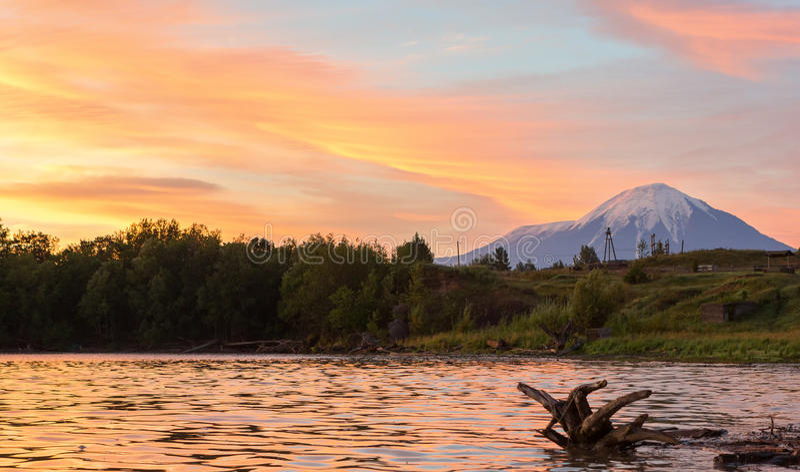 在普洛斯基火山和奥斯特拉亚火山扎尔巴奇克火山火山的美好的日出 免版税库存图片