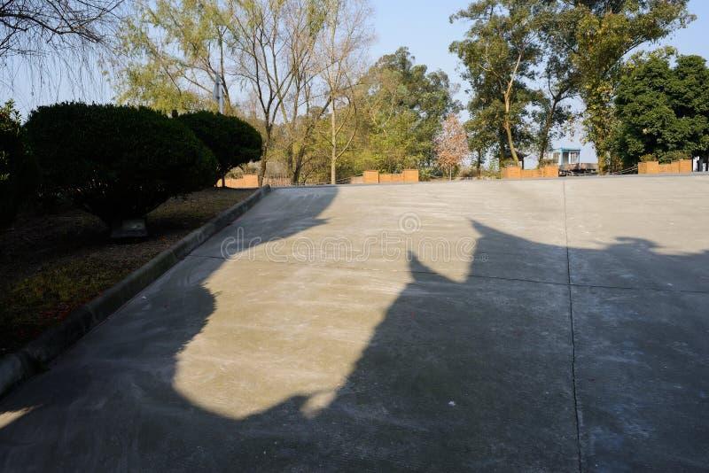 在晴朗的冬天下午的遮荫路旁舷梯 库存照片