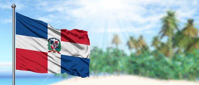 在晴朗的天空蔚蓝的挥动的多米尼加共和国旗子有夏天海滩背景 r 图库摄影