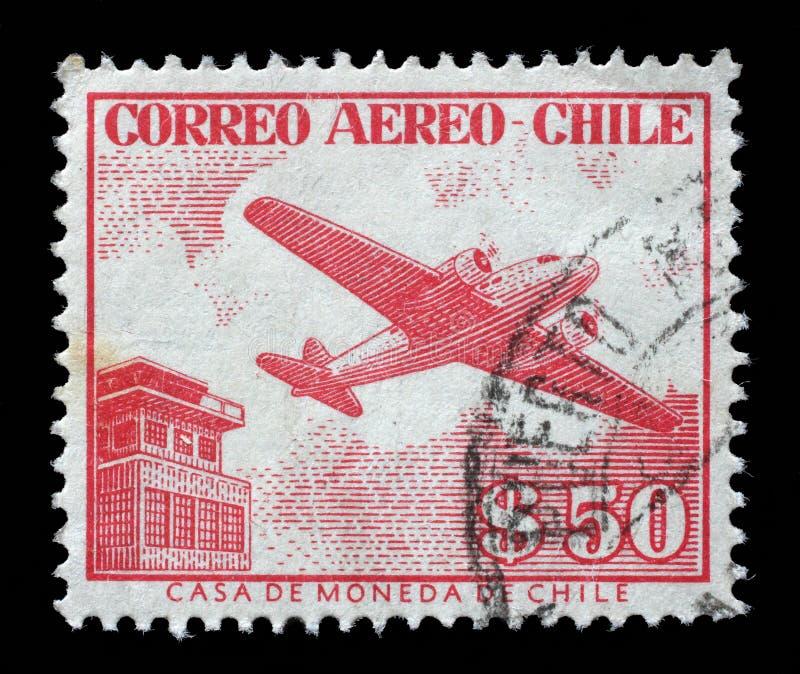 在智利打印的邮票显示塔台和飞机 免版税库存照片