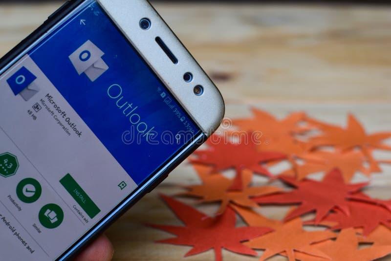 在智能手机屏幕上的微软奥特卢克App 微软奥特卢克是免费软件 库存照片