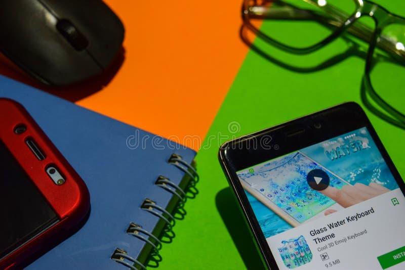 在智能手机屏幕上的玻璃水键盘dev app 库存照片