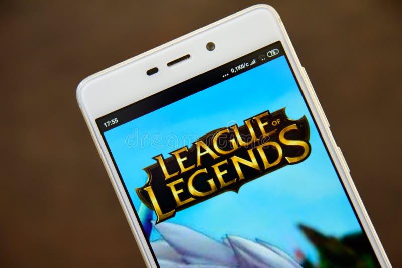 在智能手机屏幕上看的英雄联盟商标 库存图片