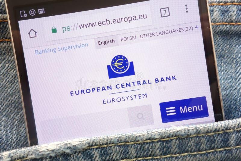 在智能手机显示的欧洲中央银行网站掩藏在牛仔裤装在口袋里 免版税图库摄影