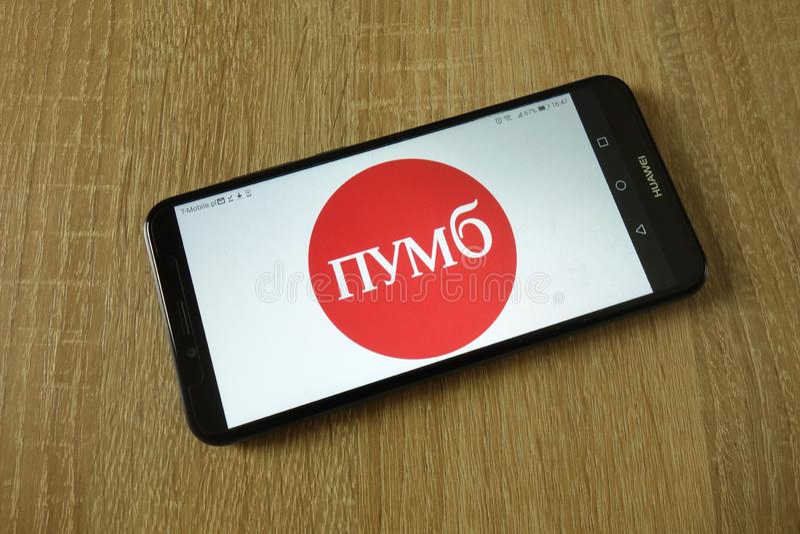在智能手机显示的第一个乌克兰国际银行商标 免版税库存照片