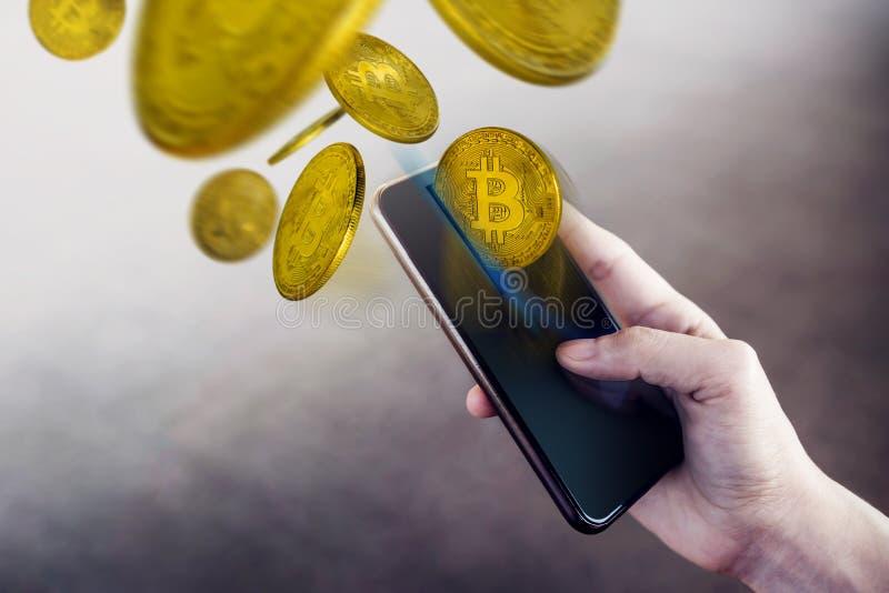 在智能手机概念的Bitcoin钱包,使用手机t的妇女 免版税库存图片