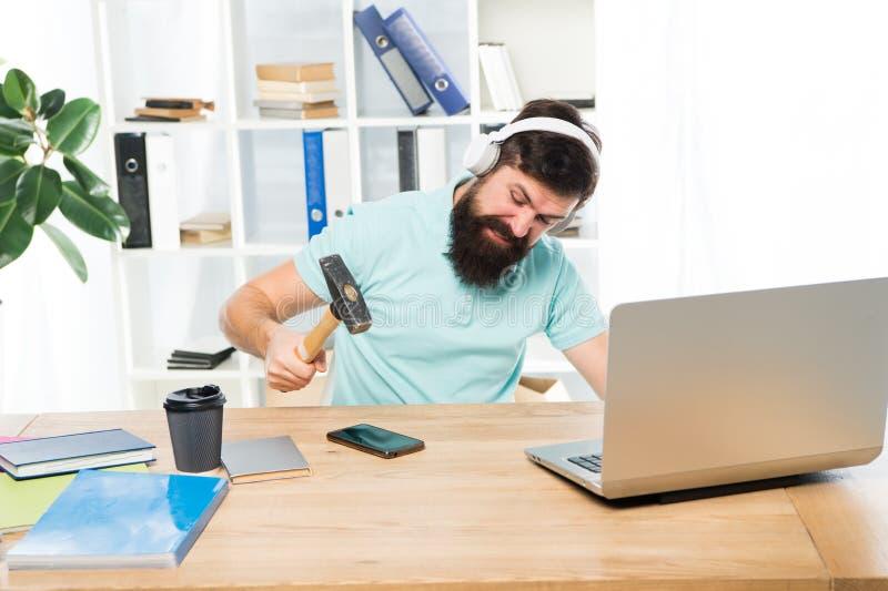 在智能手机的人有胡子的人耳机办公室摇摆锤子 被损坏的通信 不合格的流动交涉 ?? 免版税库存照片