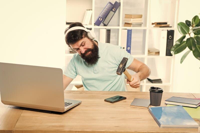 在智能手机的人有胡子的人耳机办公室摇摆锤子 被损坏的通信 不合格的流动交涉 ?? 库存照片