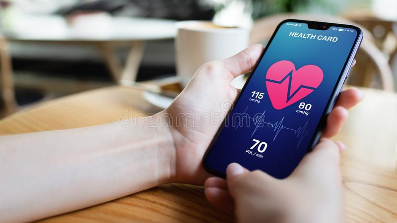 在智能手机的保健控制应用有脉冲和动脉压控制的 现代医疗技术的概念 免版税库存照片