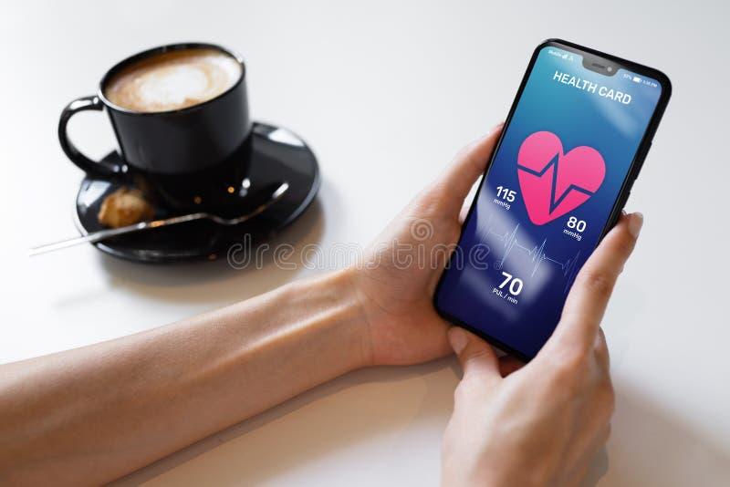 在智能手机的保健控制应用有脉冲和动脉压控制的 现代医疗技术的概念 免版税库存图片