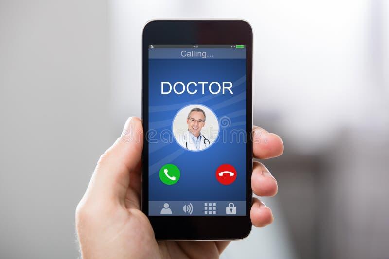 在智能手机的医生` s进来电话 库存照片