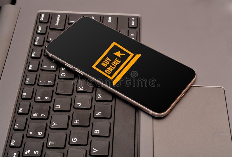 在智能手机的网上商店象有键盘键的 库存图片
