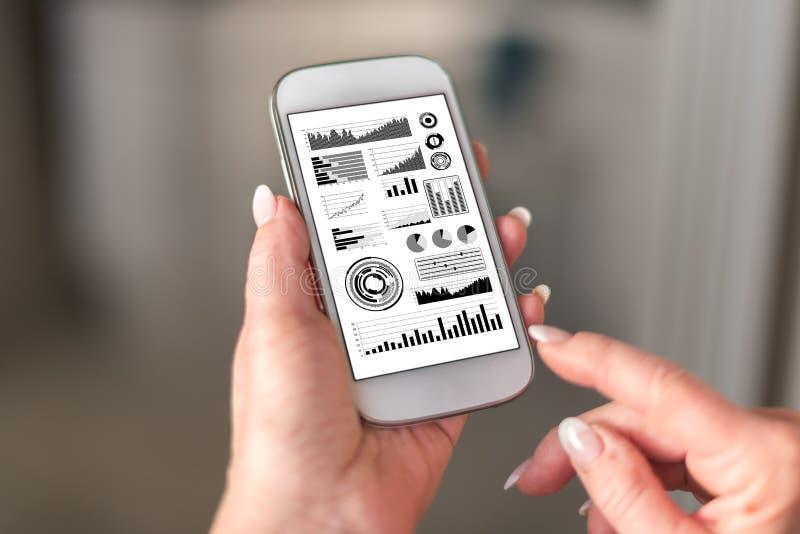 在智能手机的财务分析概念 库存照片