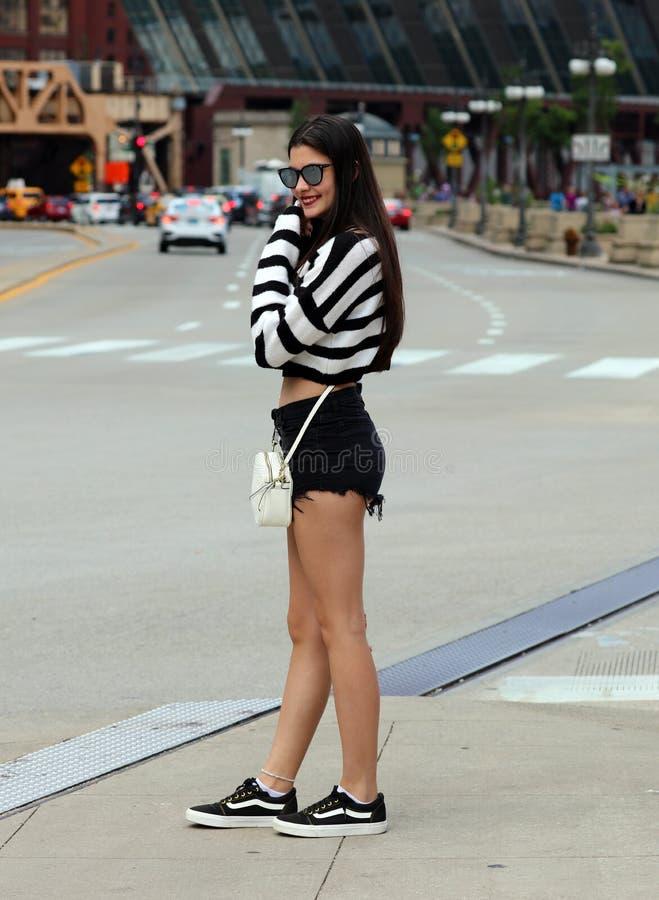 在暑假期间,美好阿根廷青少年走在市芝加哥 免版税库存照片