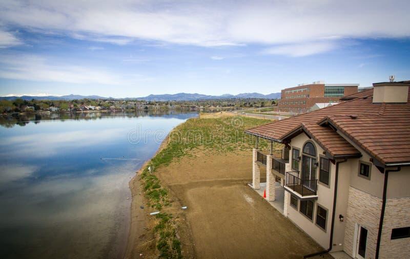 在暗藏的湖海岸的豪宅 库存照片