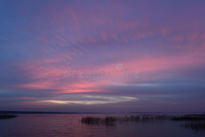 在暮色光的明亮的颜色的天空蔚蓝在日落以后的在秋天晚上 免版税库存图片