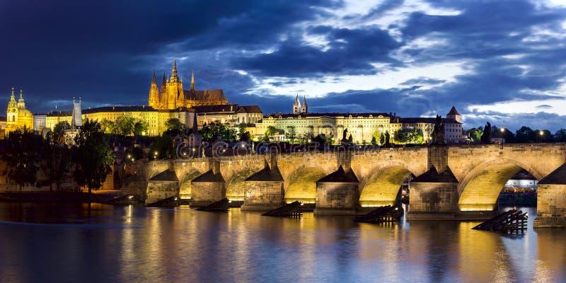 在暮色全景的布拉格城堡 库存照片
