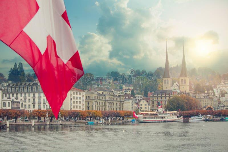 在暮色小时,红旗在卢赛恩,瑞士 在湖的看法 库存照片