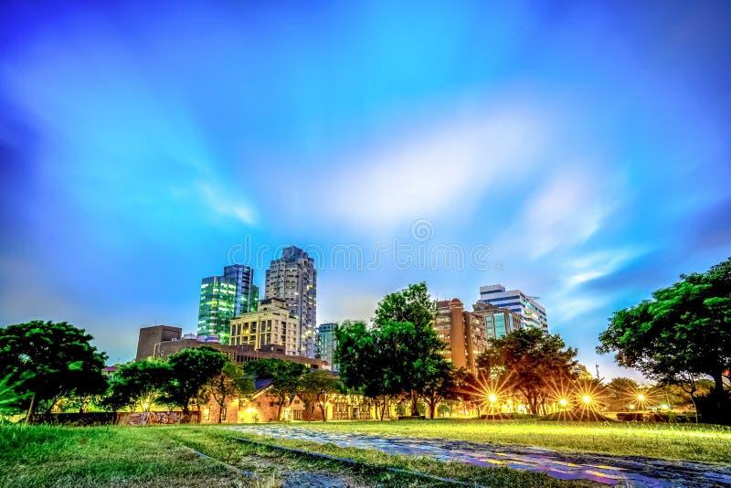 在暮色时间的移动的云彩在台北,台湾公园 修造 免版税图库摄影