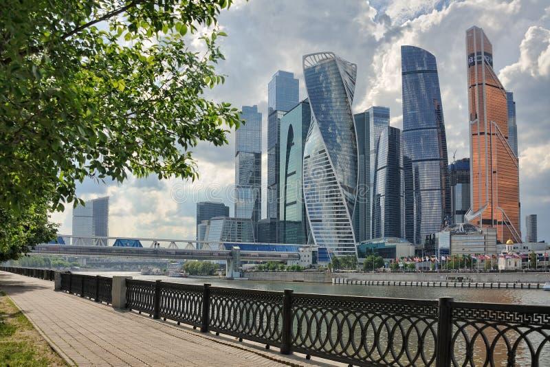 在暴雨前的Moskva城市摩天大楼 库存照片