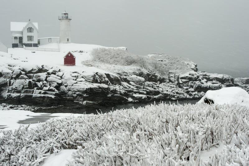 在暴风雪期间的积雪的灯塔在新英格兰 免版税库存照片