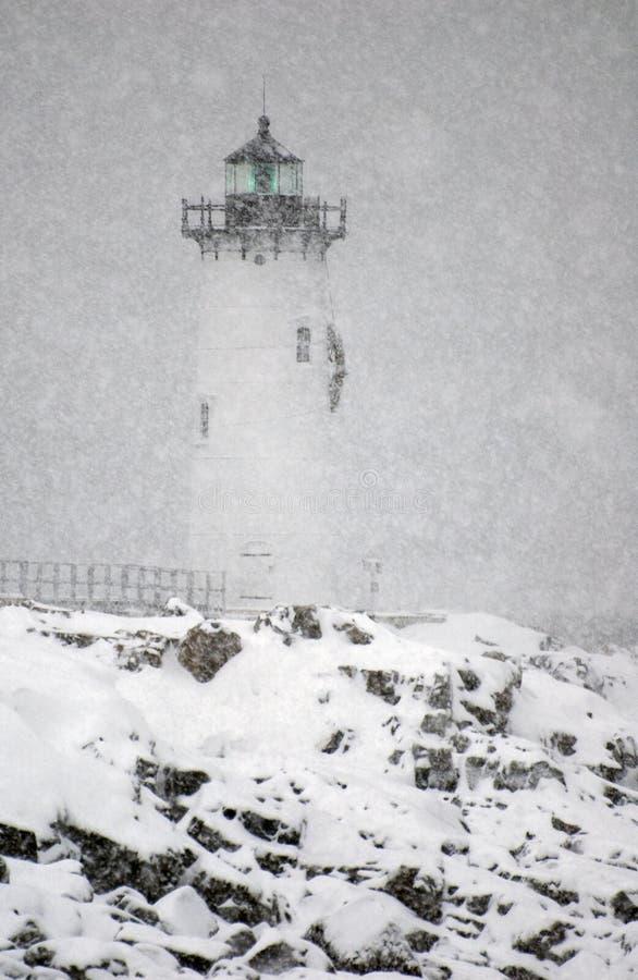 在暴风雪期间,波兹毛斯港口灯塔发光绿灯 免版税库存照片