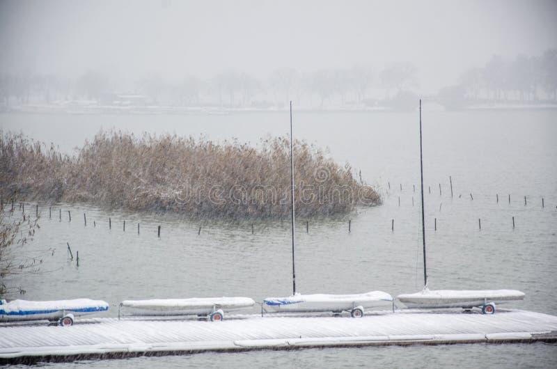 在暴风雪的一个风船` s码头 库存图片