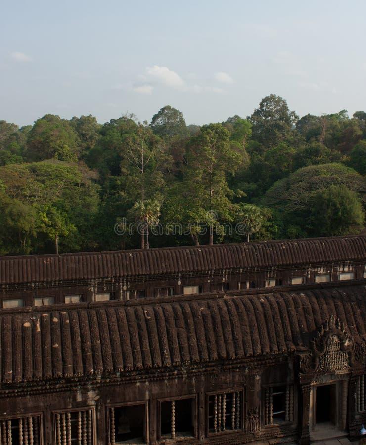 在暹粒市附近的著名联合国科教文组织吴哥窟寺庙里面在柬埔寨 免版税库存照片