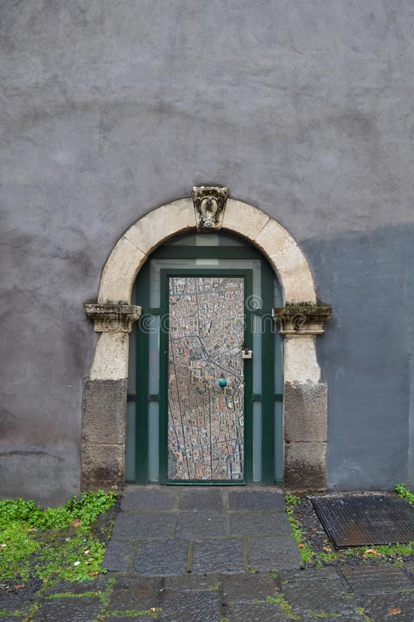 在曲拱下的小门 库存图片