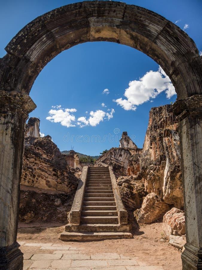 在曲拱之后的古老楼梯 库存照片
