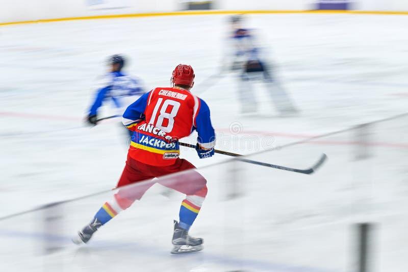 在曲棍球比赛期间,未认出的曲棍球运动员竞争 免版税图库摄影
