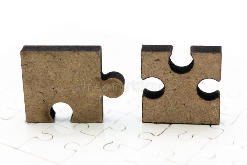 在曲线锯的委员会的七巧板片断,解决的问题,背景概念图象用途 免版税库存图片