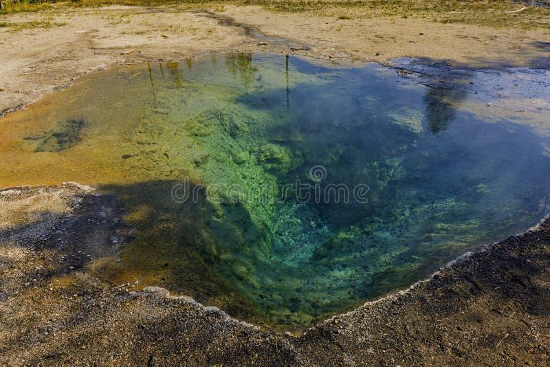 在更低的喷泉水池的温泉水池在黄石国家公园怀俄明美国 免版税库存照片