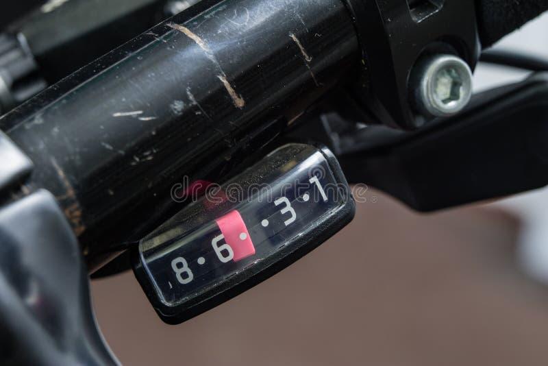 在更加大号的自行车辅助部件 游人和tr的自行车 库存图片