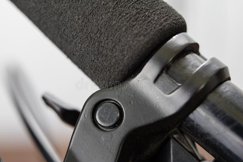 在更加大号的自行车辅助部件 游人和tr的自行车 免版税库存图片