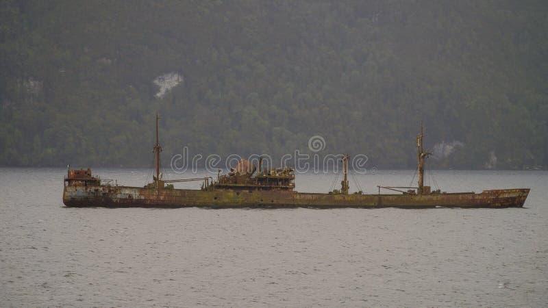 在更加杂乱的渠道的利奥尼达斯上尉货船击毁 巴塔哥尼亚西部海湾,智利 库存图片