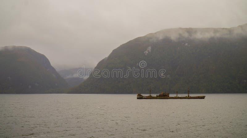 在更加杂乱的渠道的利奥尼达斯上尉货船击毁 巴塔哥尼亚西部海湾,智利 免版税库存图片